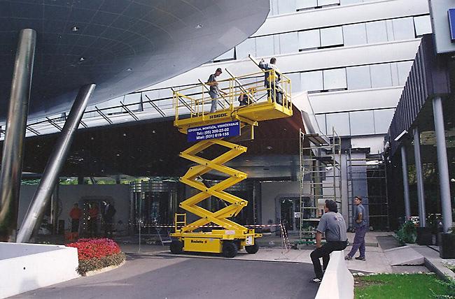 Unisel Nova Gorica - vzdrževanje zunanjosti objektov s pomočjo dvižnih naprav
