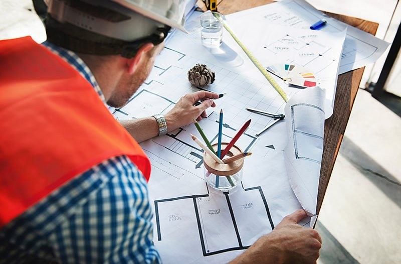 Inženir/arhitekt z načrti